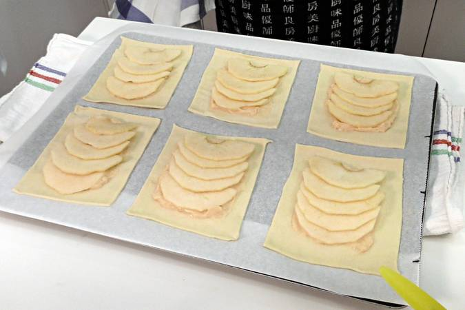 Step 4 of the Recipe for making apple cakes and cream