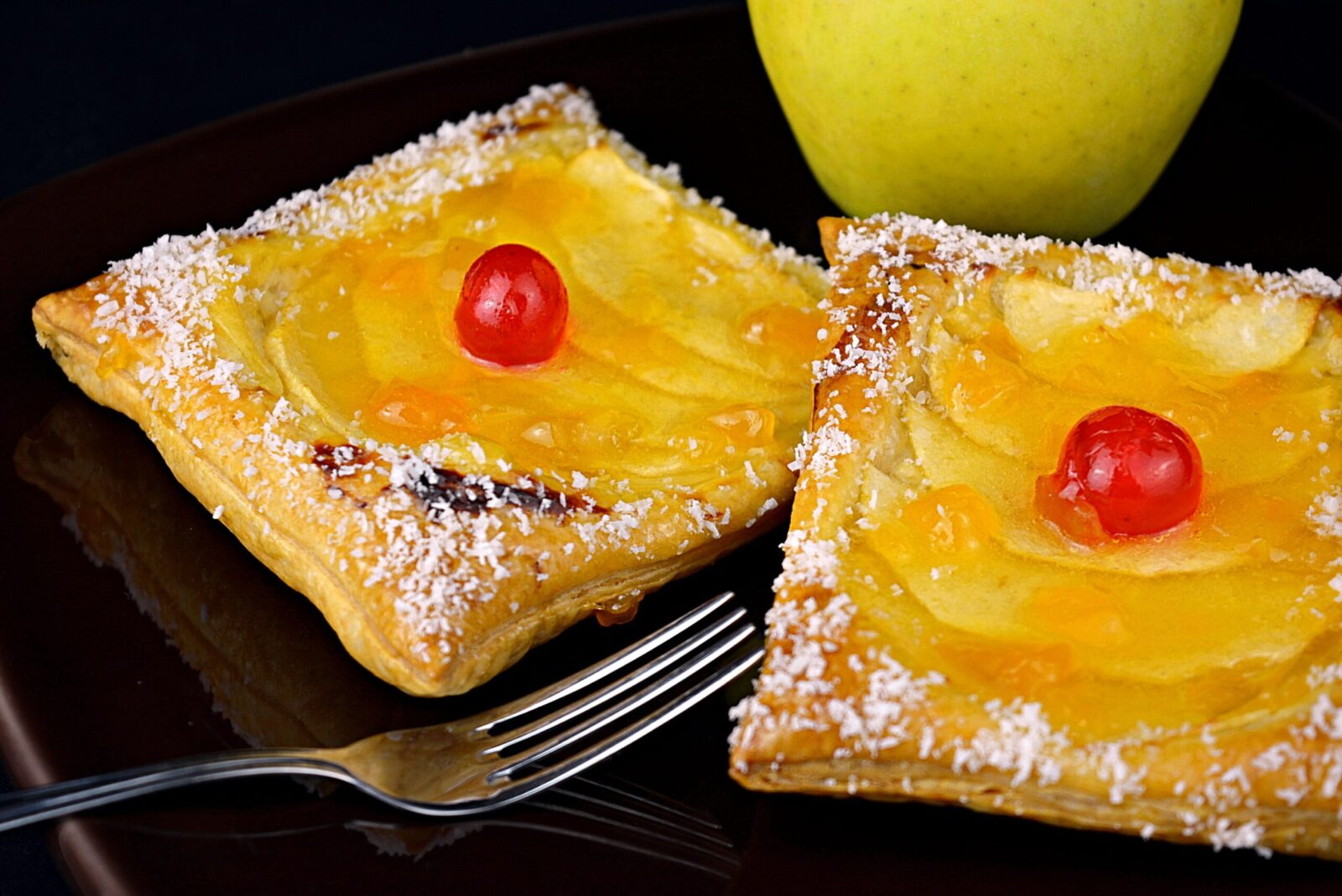 Recipe for making apple cakes and cream