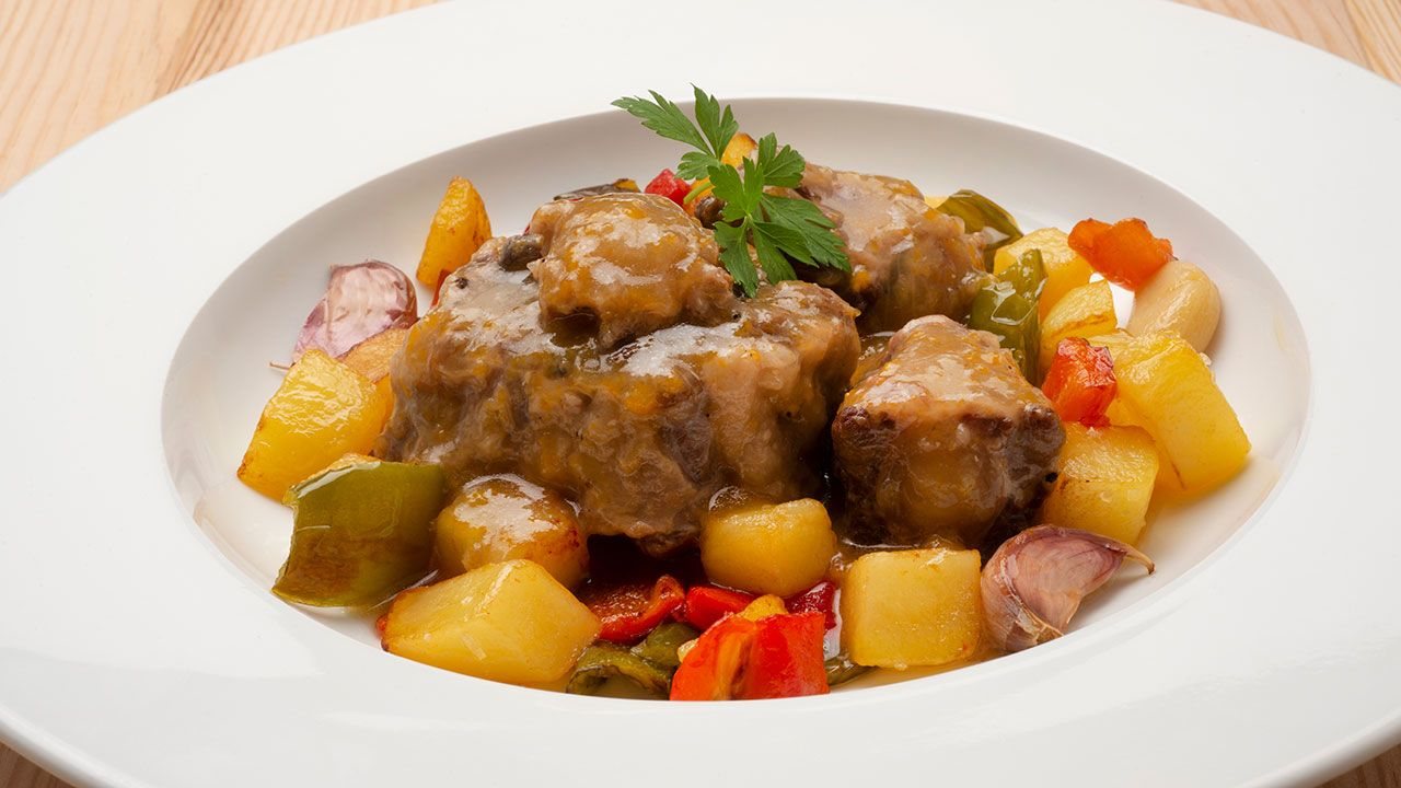 Recipe for a bull in a sauce with potatoes and peppers - Karlos Arguiñano
