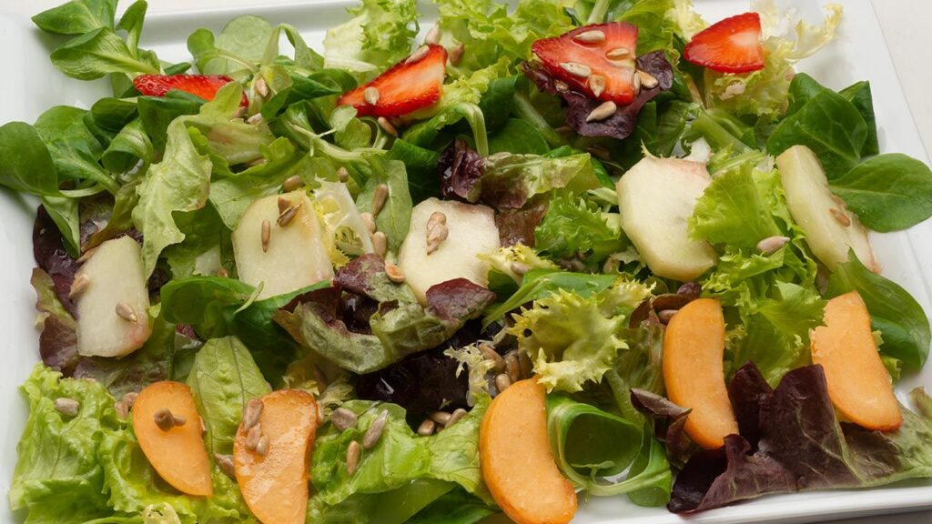 Recipe for mixed lettuce and fruit salad - Karlos Arguiñano