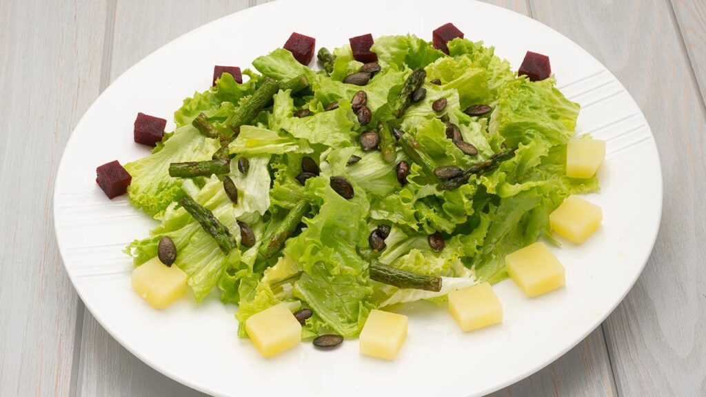 Recipe for lettuce, beetroot and green asparagus salad - Karlos Arguiñano