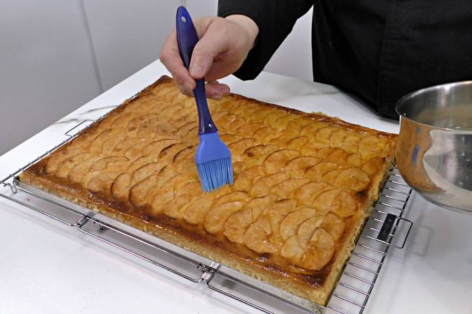 We prepare syrup for coloring the cake