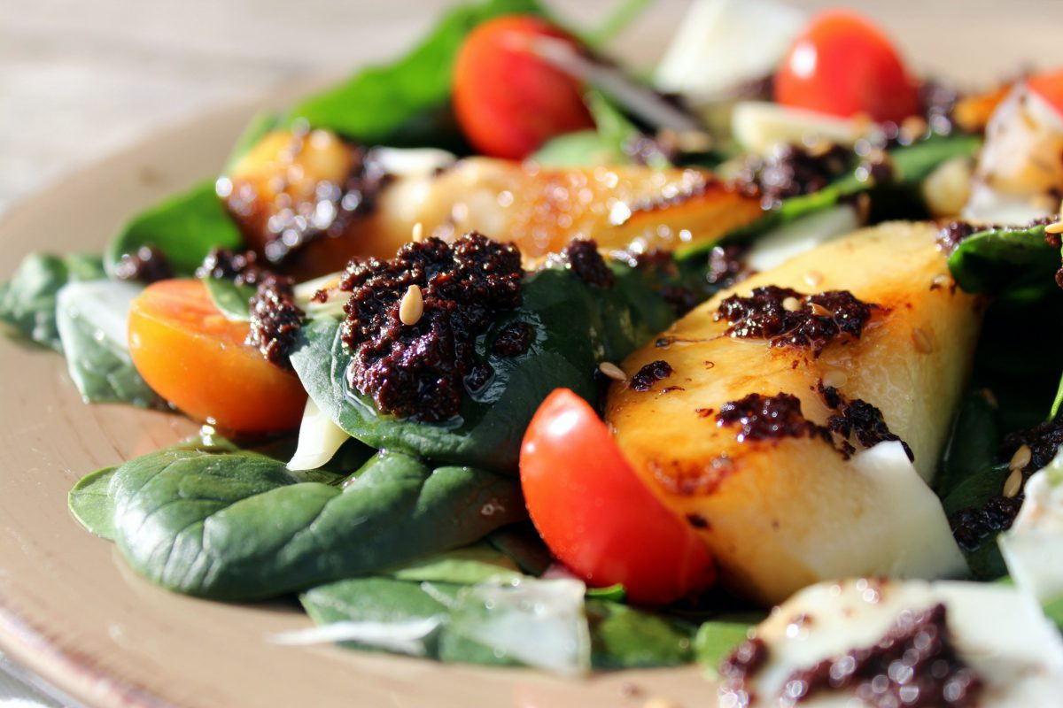 Spinach salad with pear
