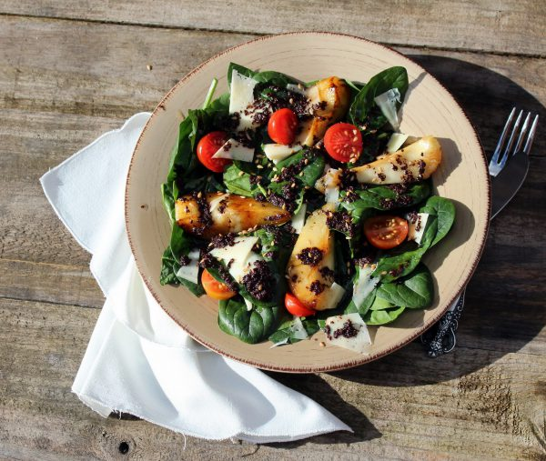 Spinach salad with caramelized pear and black olive tapenade