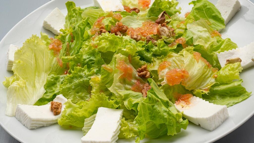 Recipe for lettuce, cheese and walnut salad - Karlos Arguiñano