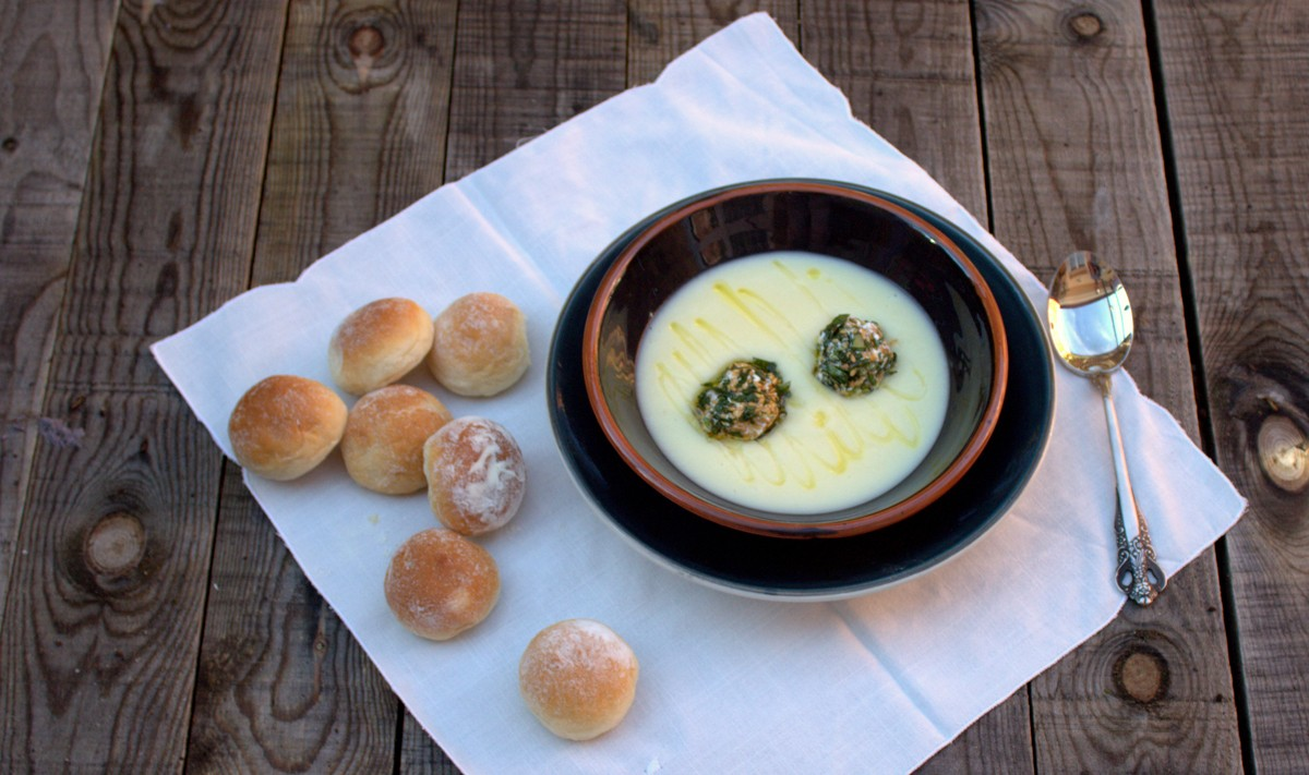 Celery cream with balls of cheese, walnuts and basil