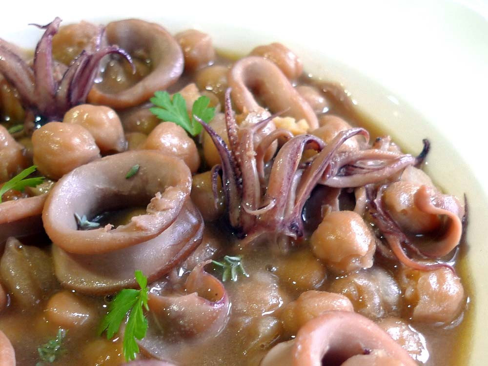 Chickpeas with squid