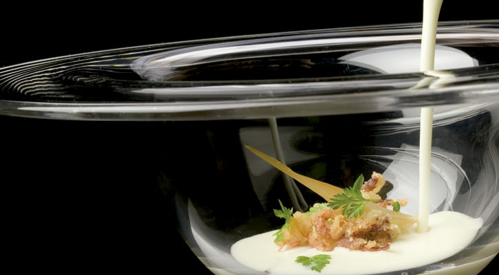 Coconut aioblanco with pickled onions and chocolate in tempura - Gastroactitud.  Passion for food