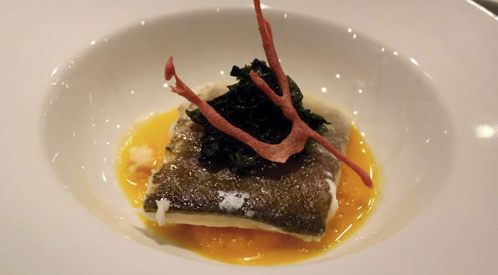 Cod confetti with pumpkin anise puree, seaweed salad and crispy beets - Gastroactitud.  Passion for food