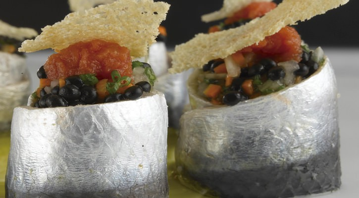 Sardines stuffed with herring caviar and vegetables with bread and tomato - Gastroactitud.  Passion for food