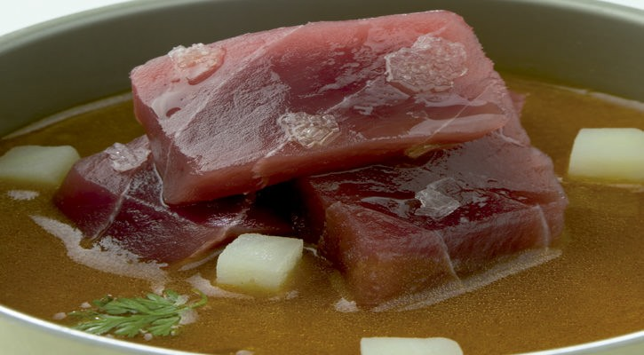 Sashimi from tuna over cold marmitaco juice with cider - Gastroactitud.  Passion for food