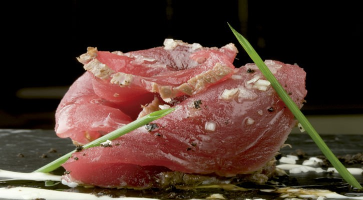 Tataki with tuna with ajoblanco - Gastroactitud.  Passion for food