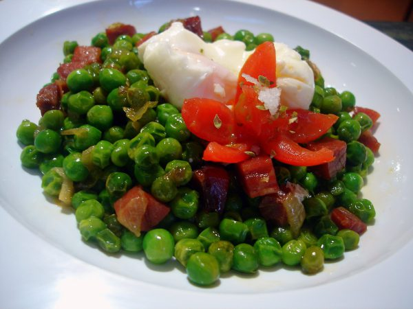Peas with ham and poached egg