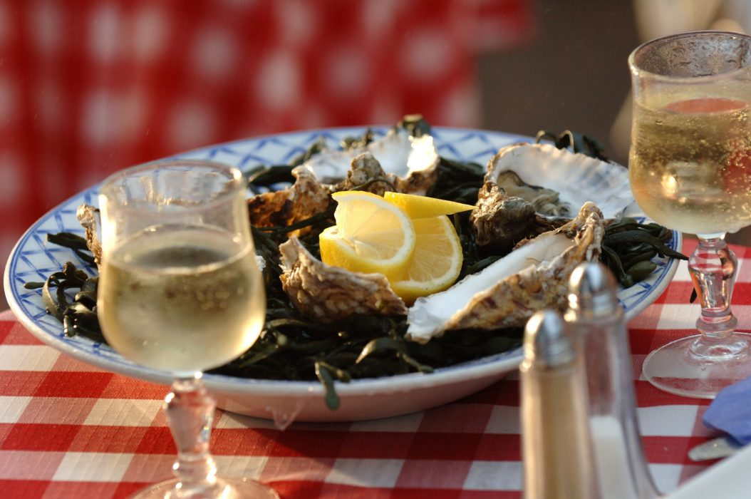 Presentation of a plate of oysters