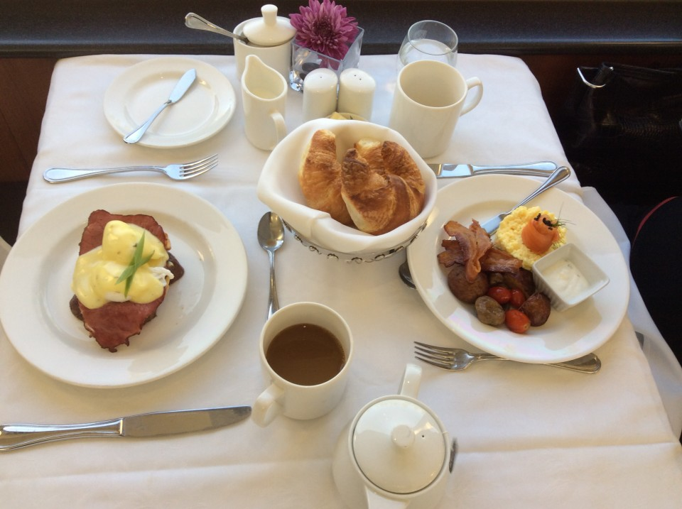 Rocky Mountaineer : Eggs Benedict with Montreal smoked meat, Eggs scrambled with smoked salmon