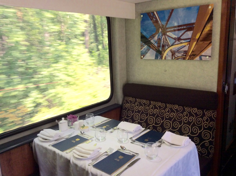 Rocky Mountaineer : A table set for lunch in the dining car