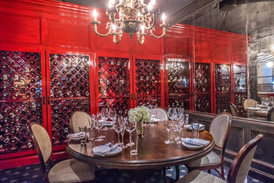 Pennsylvania 6 DC : Reserve the dining table in the wine cabinet alcove!