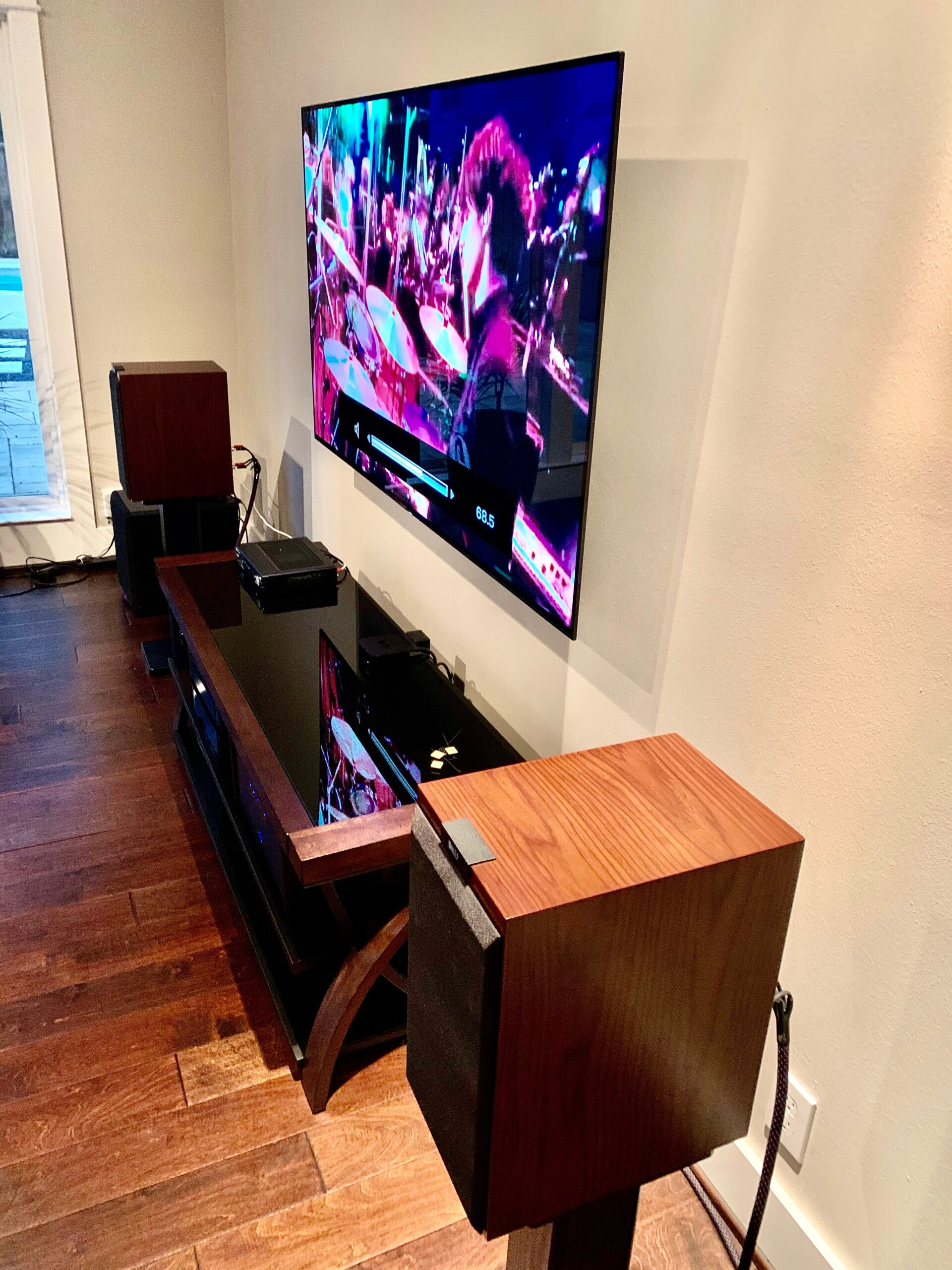 Mounted flat screen and loudspeakers audio system
