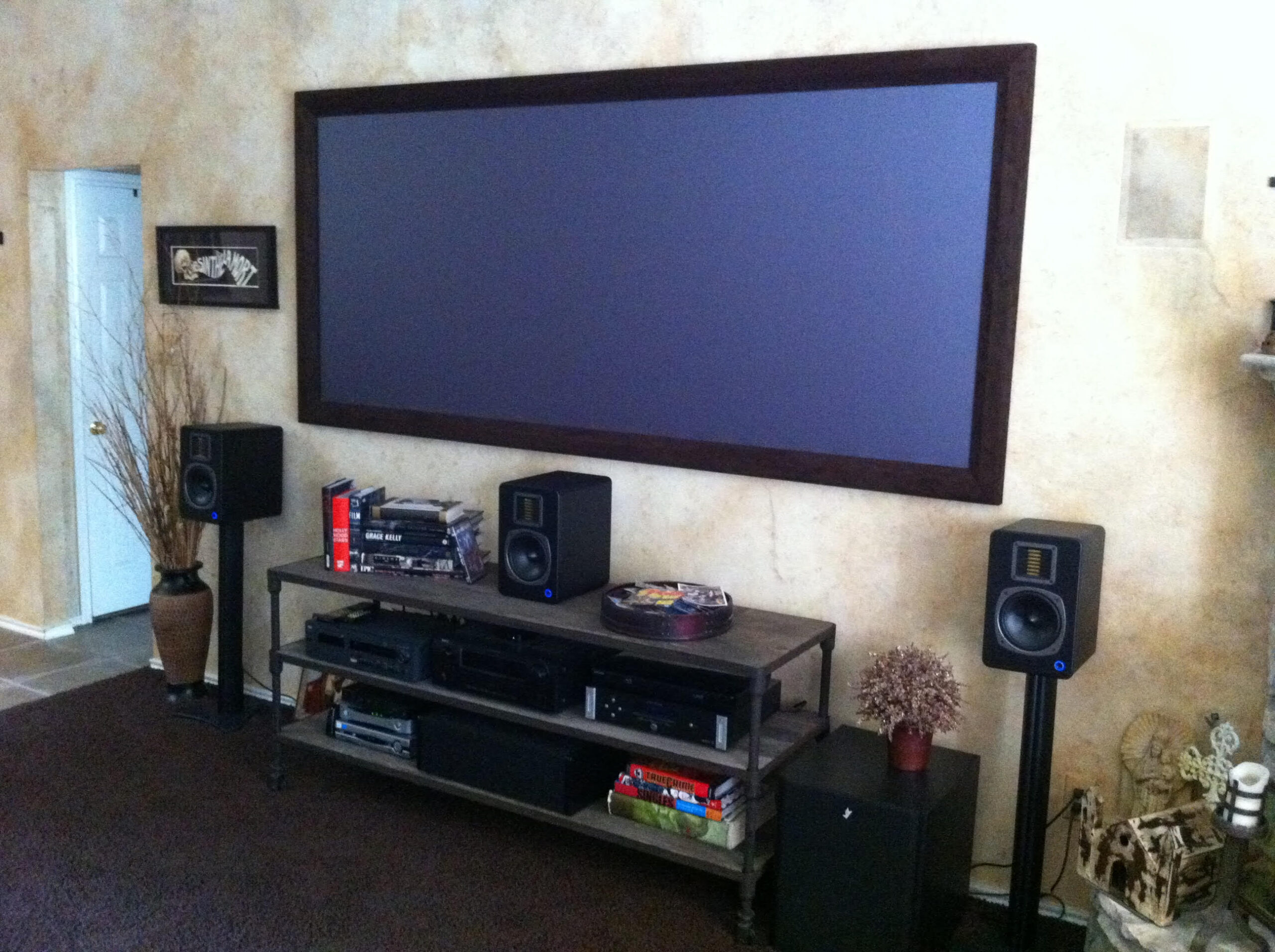 Short throw projection screen and loudspeakers audio system