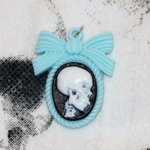 LARGE REALISTIC PROFILE SKULL N BOW CHARM