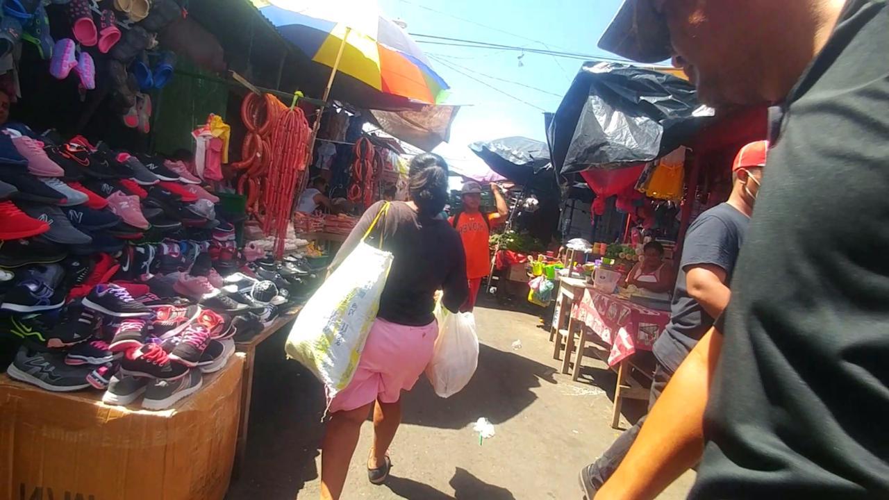 Caminando por el Mercado Oriental en Managua