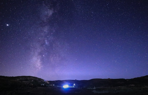 lebanese photographer catches mesmerizing timelapse of milky way