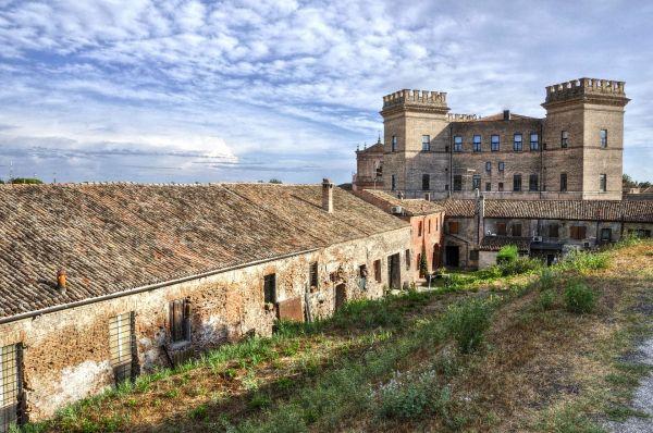 italiainpiega-pieghe-meraviglise-itinerari-moto-pianura-padana-delta del po-mesola-castello