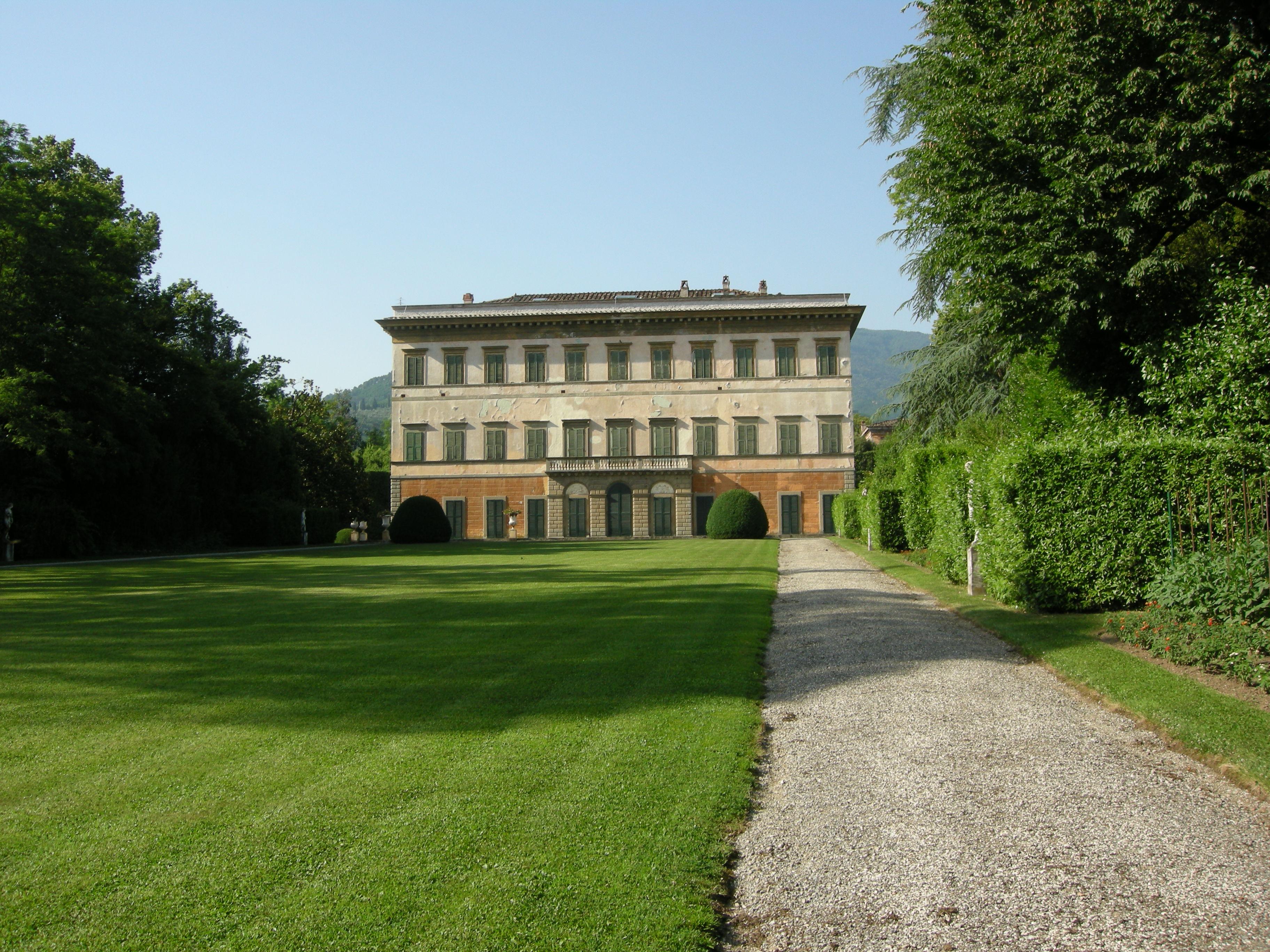 italiainpiega-pieghe meravigliose-itinerari-moto-centro-italia-garfagnana-villa reale marlia 1