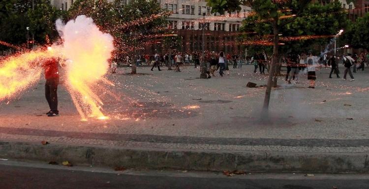 http://www.circuitomt.com.br/editorias/brasil/38842-cinegrafista-da-band-e-atingido-por-bomba-durante-protesto.html