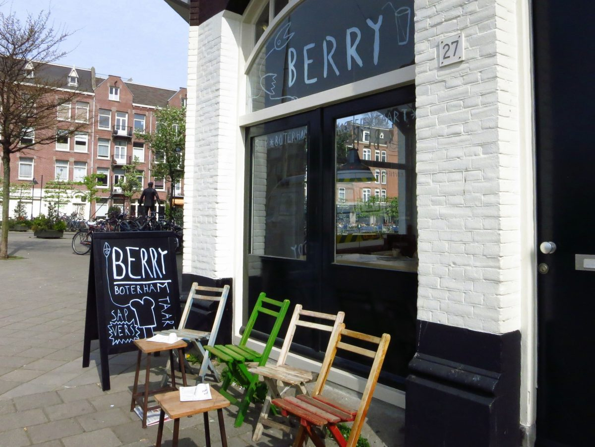 Berry is a cute coffee shop on a perfect canalside corner in Oud-West. Stop in for a delicious coffee drink, sweets, pastries and energizing fresh juices.