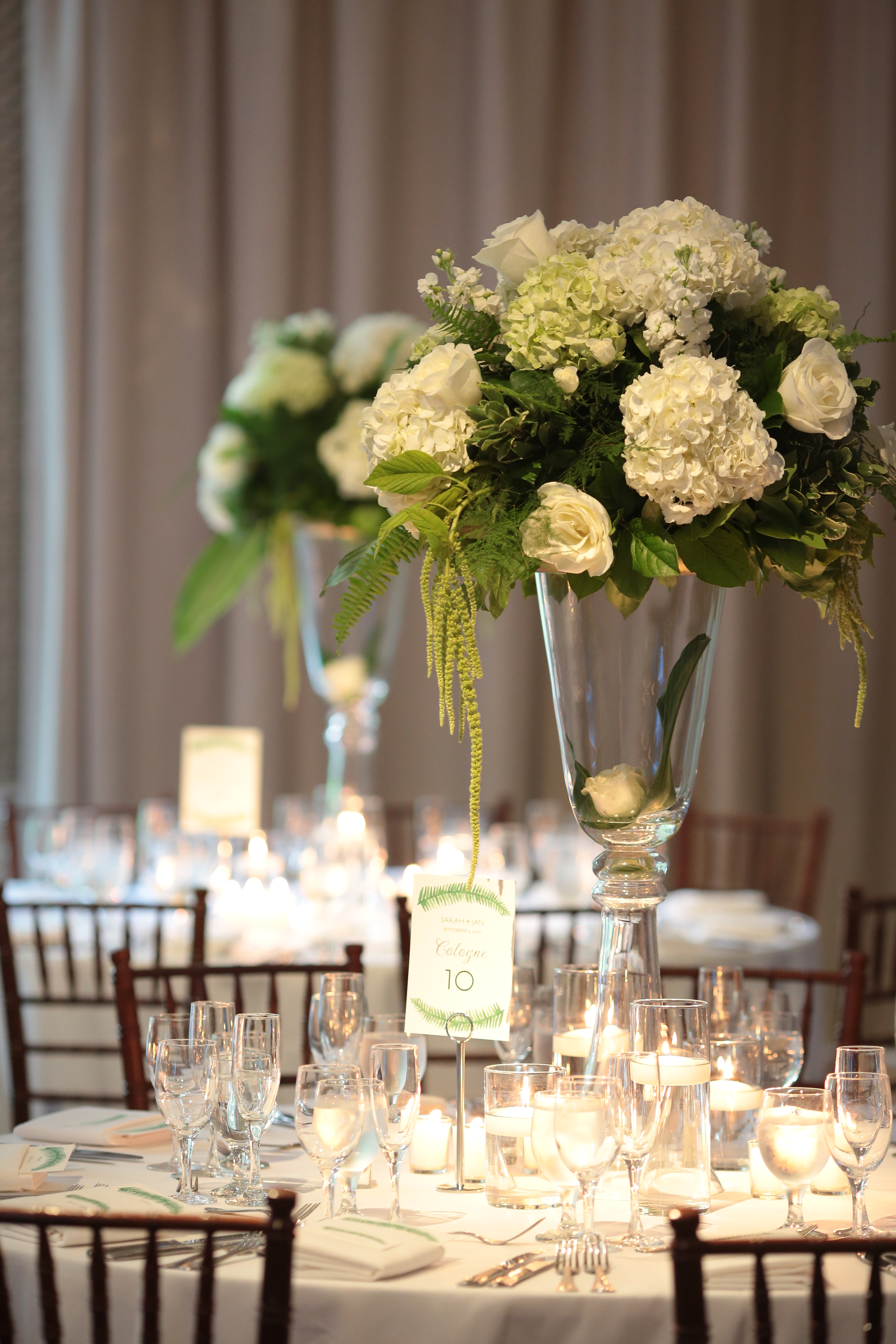 Greenery inspiration for your wedding centerpieces that is both elegant and classic. Perfect for a garden or outdoor wedding.