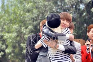 VIXX Leo Hugs FAn
