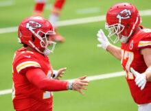 Patrick Mahomes (esq.) e Travis Kelce (dir.) comemoram o primeiro touchdown dos Chiefs no jogo (Crédito: Kansas City Chiefs)