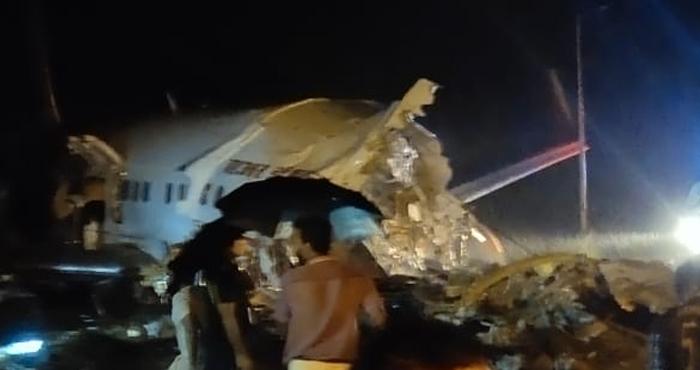 Al menos cinco muertes en accidente aéreo en la India; el avión se parte en dos