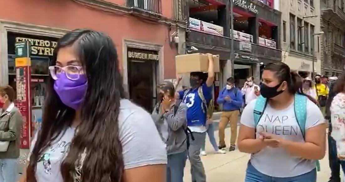 Con mochilas al hombro, habitantes de la CDMX guardan un minuto de silencio por víctimas del COVID-19