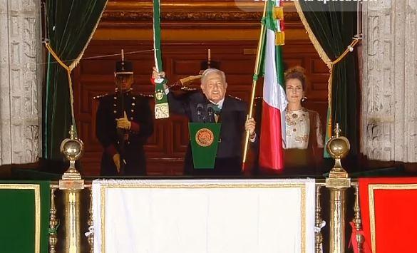 AMLO da su segundo Grito de Independencia con espectáculo de luces y una antorcha simbólica