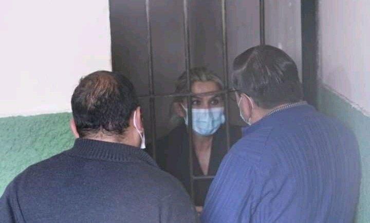Jeanine Añez es arrestada y trasladada a la Fiscalía de La Paz para rendir declaración
