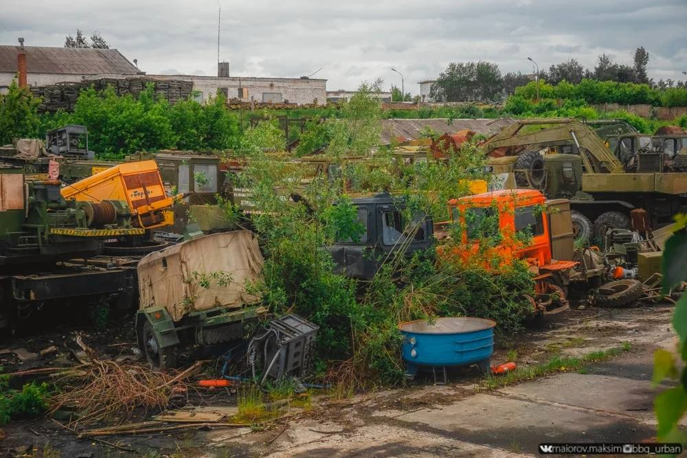 Photos of abandoned Russian military GAZ-66 and ZIL-130/131 trucks