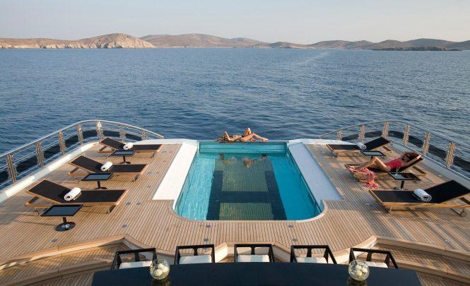 Alfa Nero – massive swimming pool convertible into a helipad