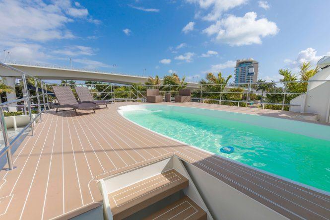 Global – swimming pool with sun loungers