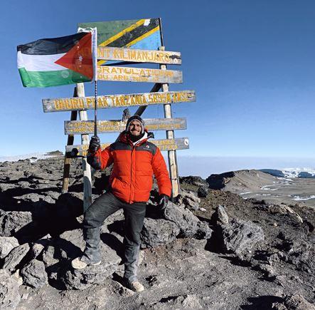 محمد الصباغ يتلسق قمة جبل كالامنجارو!