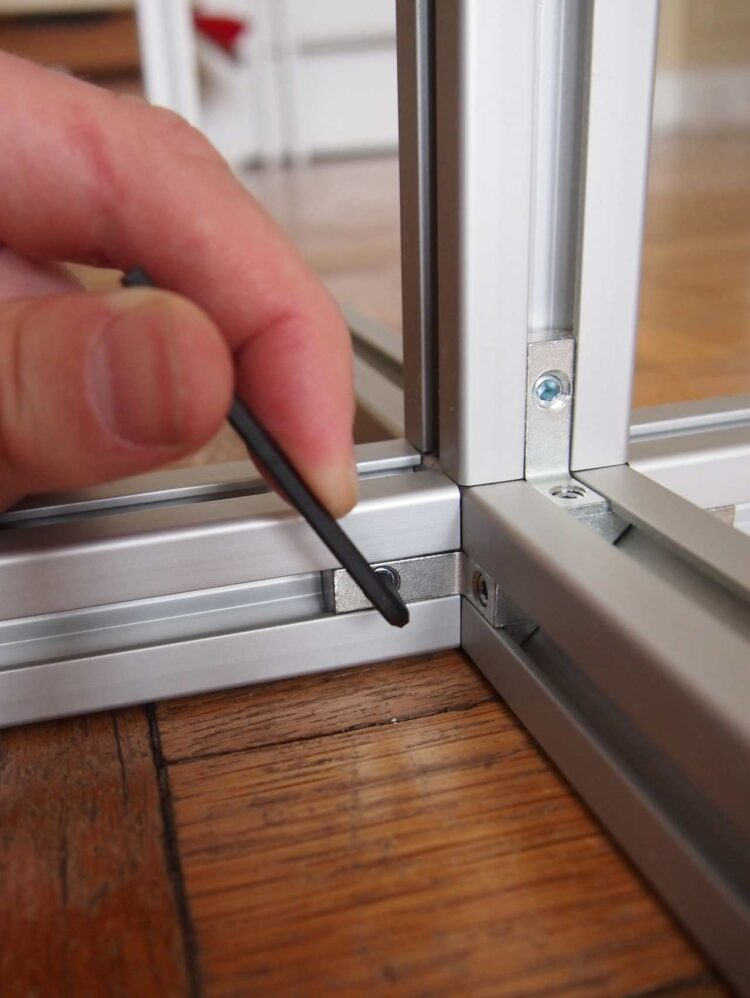 2   Then, when the frame is in place, firmly tighten the bolts on the small bracket with a hex key.