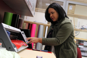 Biology sophomore Nathalie Bravo-Batista creating labels with the vinyl cutter. Photo by Tia Mitchell/Assistant editor.