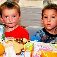 Boys eating at USDA summer meal program | flickr.com