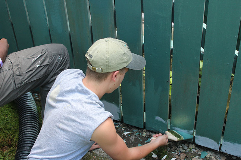 Men_painting_fence_green_photo-by-VSPYCC