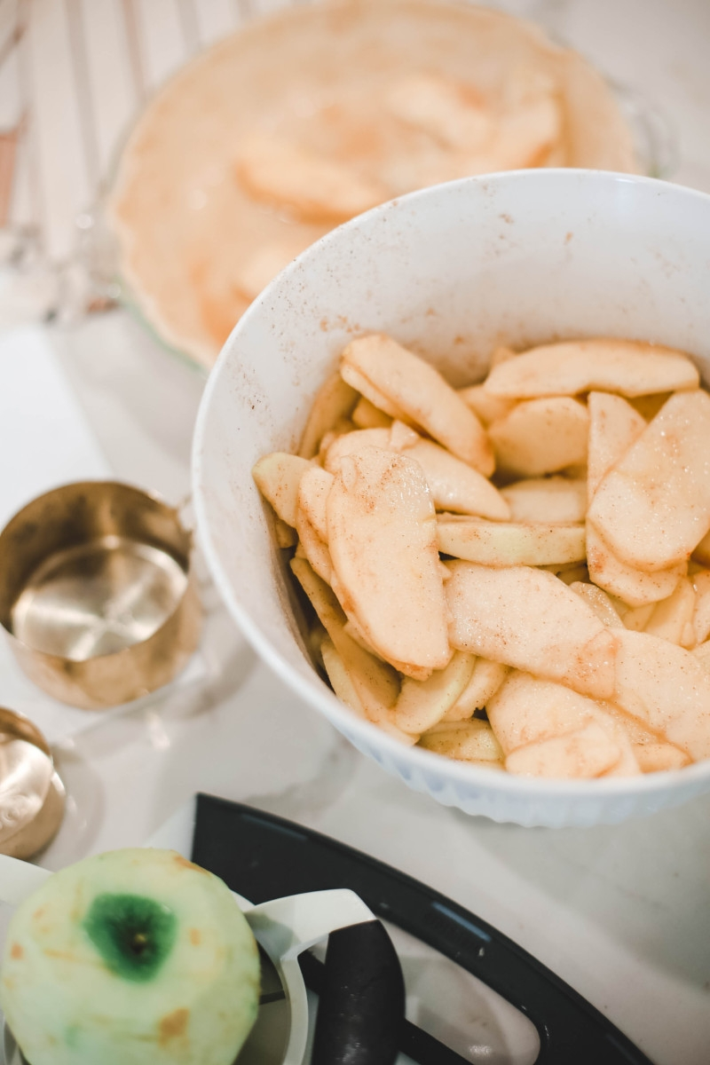 Fall | Thanksgiving | Recipes | Dessert | Mama Mary's Easy Apple Pie Recipe featured by top US lifestyle blog Haute & Humid