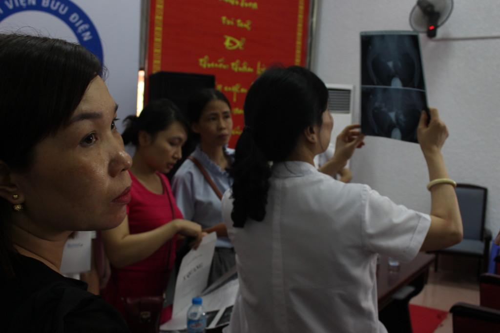 Bác sĩ Nhã đang đọc kết quả chụp TCVT