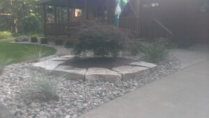 Outcropping stone bed line by Twin Oaks Landscaping