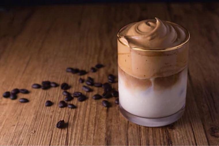 พามาดูสูตร Dalgona Coffee เมนูกาแฟสุดเข้มข้นสไตล์เกาหลี ที่ฮิตไม่เบา! กินอะไรดี เมนูอาหาร ร้านอาหารอร่อย Nightlife รีวิวคาเฟ่ ร้านอาหาร-คาเฟ่ ที่กิน-ที่พัก แนะนำร้านอาหาร อาหาร-สุขภาพ