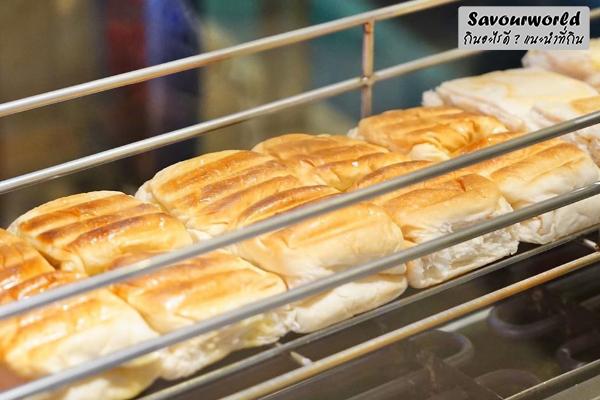 ขนมปังไส้ทะลัก ขนมปังเจ้าอร่อยเด็ดเยาวราช สูตรเยาวราช ที่ยังคงความอร่อยไม่เคยเปลี่ยน กินอะไรดี เมนูอาหาร ร้านอาหารอร่อย Nightlife รีวิวคาเฟ่ ร้านอาหาร-คาเฟ่ ที่กิน-ที่พัก แนะนำร้านอาหาร อาหาร-สุขภาพ savourworld.com ขนมปังเยาวราช